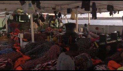 Salvini accepta a contra cor que desembarquin a Lampedusa els 27 menors que hi ha a l'Open Arms
