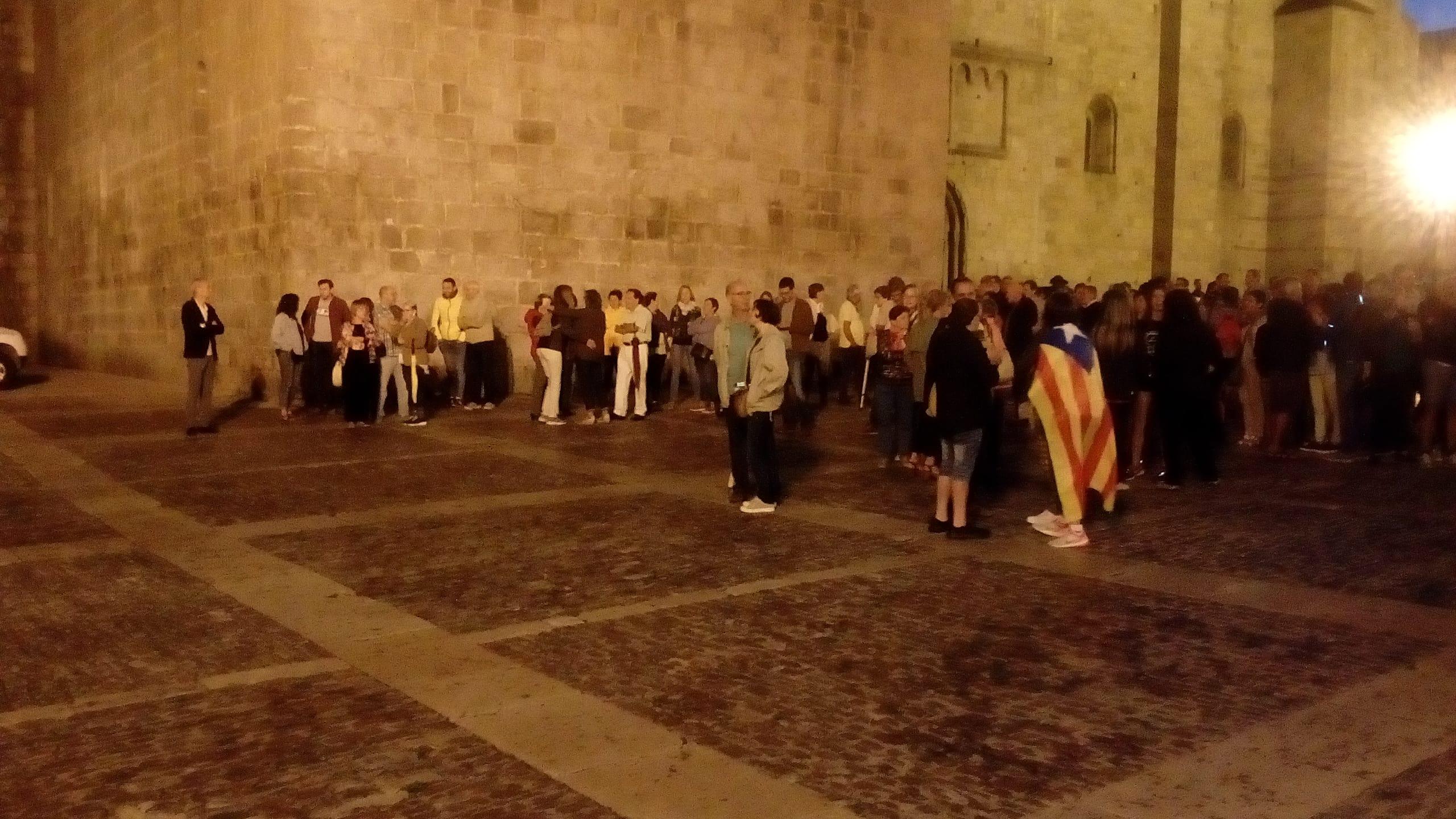 Unes dues-centes persones es concentren a la Seu en l'aniversari de l'1 d'octubre