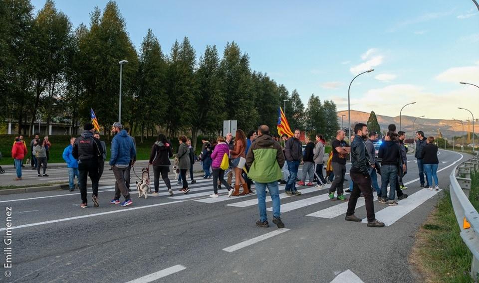 Una cinquantena de persones tallen l'N-152 i increpen la guàrdia civil a Puigcerdà