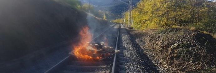 Una bretolada provoca un incendi i interromp unes hores el servei de tren de Puigcerdà