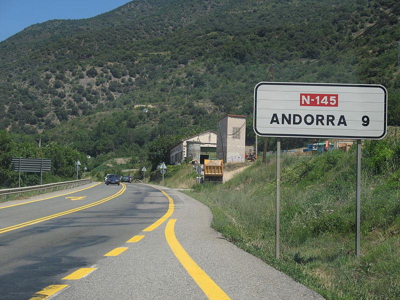 Ferit un ciclista andorrà en caure al topar amb un bus a les Valls de Valira
