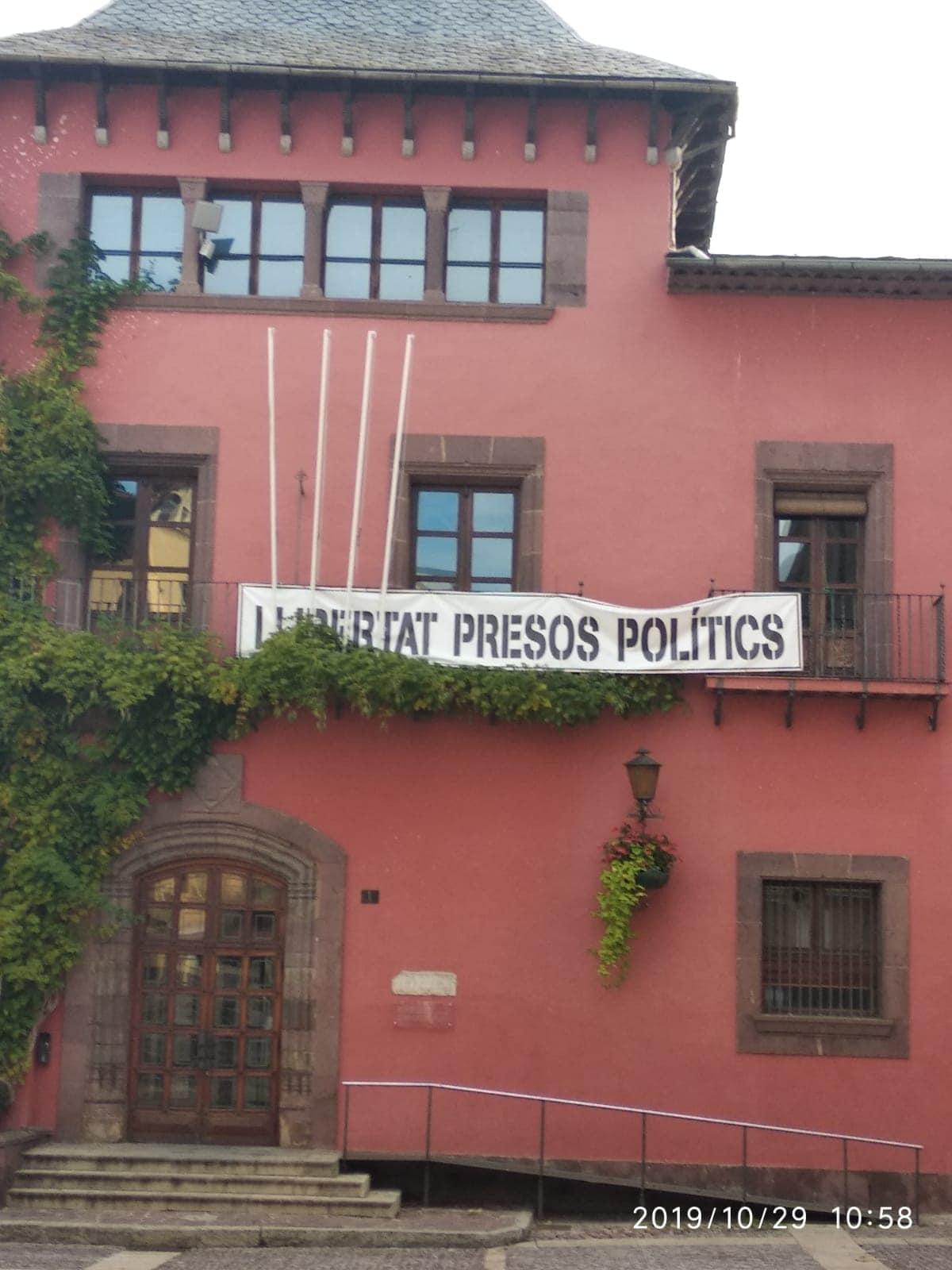 Fàbrega incompleix la llei electoral en mantenir la pancarta dels presos a l'ajuntament de la Seu