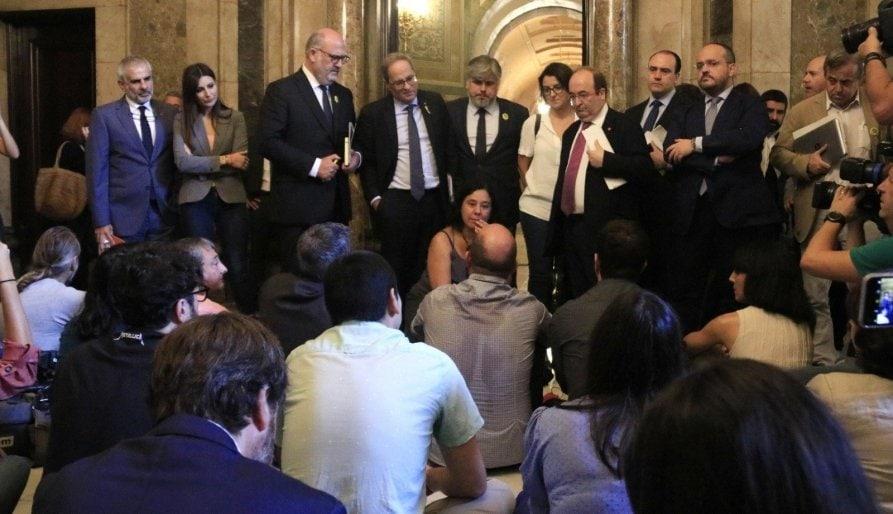 Els periodistes del Parlament es planten contra les agressions