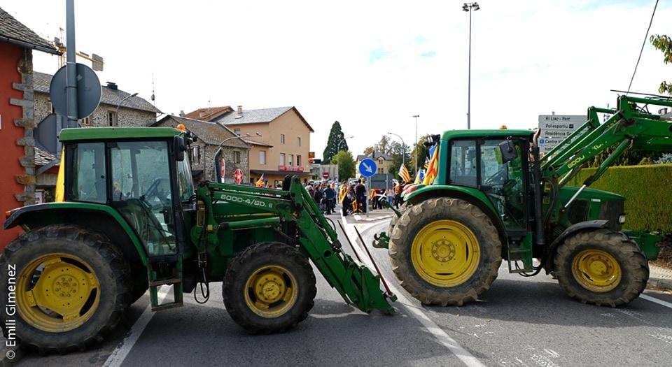 Tractors bloquegen a Puigcerdà el pas de vehicles cap a França