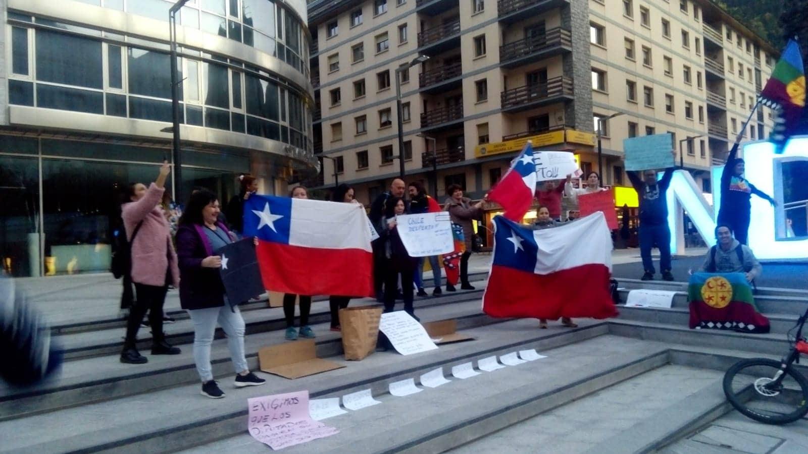Concentració a Andorra en solidaritat amb la situació d'inestabilitat a Xile