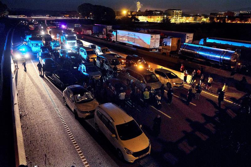 Els Mossos desbloquegen l'AP-7 després d'abandonar els conductors que hi han passat la nit