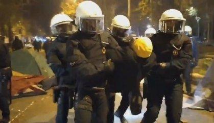 La Guàrdia Urbana desallotja l'acampada d'Universitat