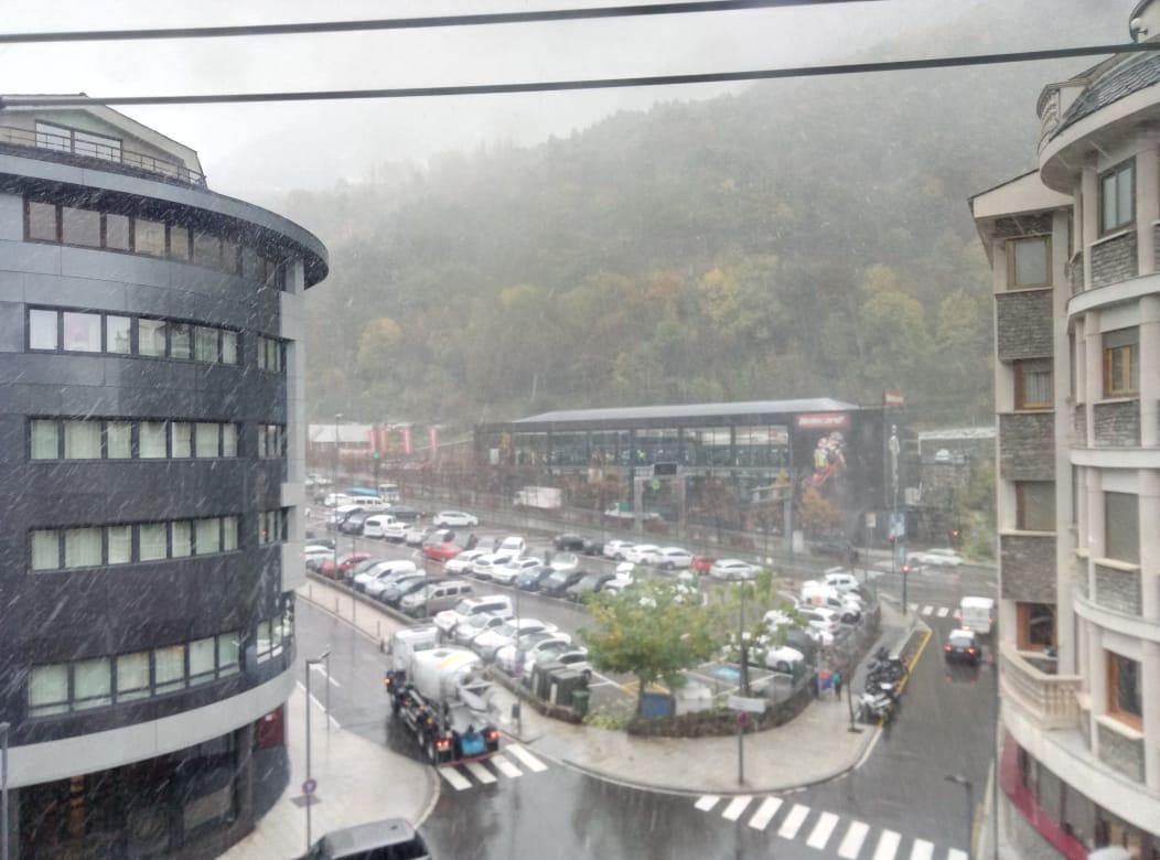 La neu fa acte de presència al nord i centre d'Andorra,  i cotes altes del Pirineu