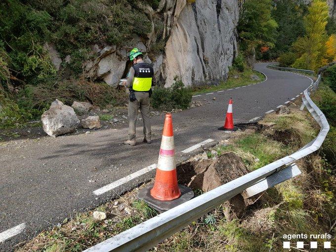 Grans blocs de roca cauen a l'N-260a, al seu pas pel Pallars Jussà