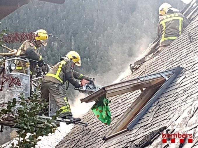 Un incendi crema una casa adosada a Vielha e Mijaran