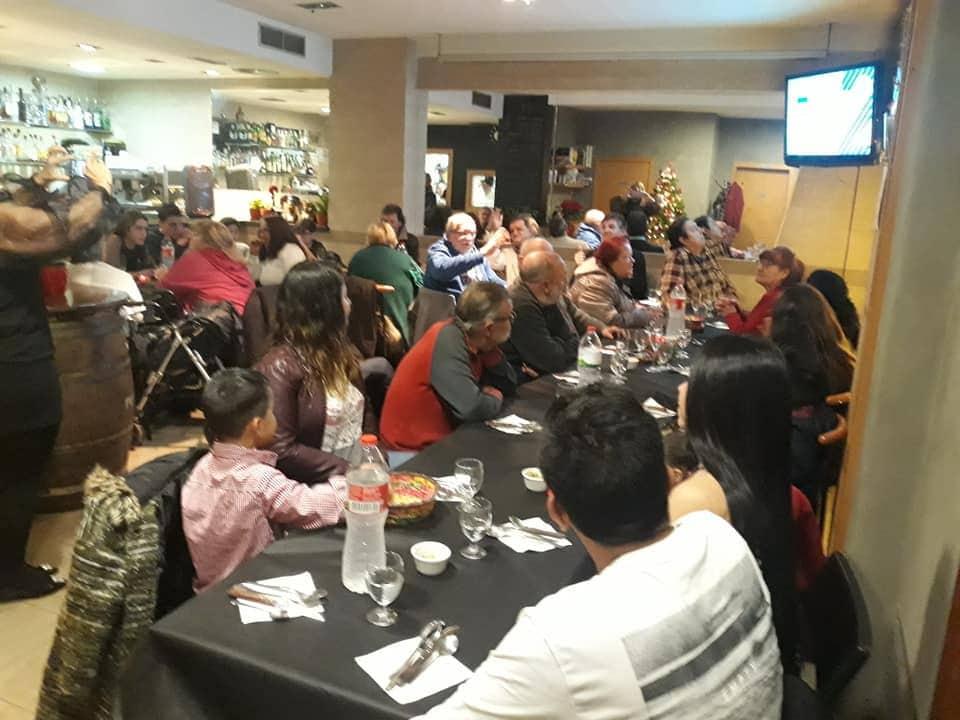 Unes 40 persones celebren la Nit de Nadal en un bar de la Seu en un sopar solidari gratuït