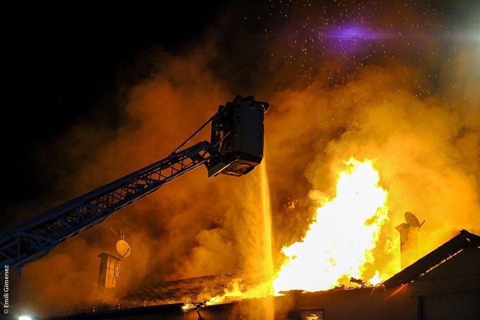 Un espectacular incendi crema dues cases a Puigcerdà