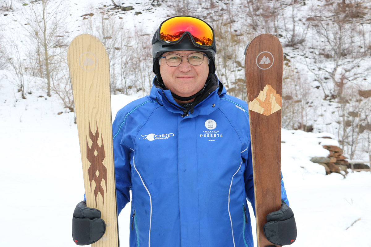 Un veí de Sort fa esquís artesans de fusta a demanda