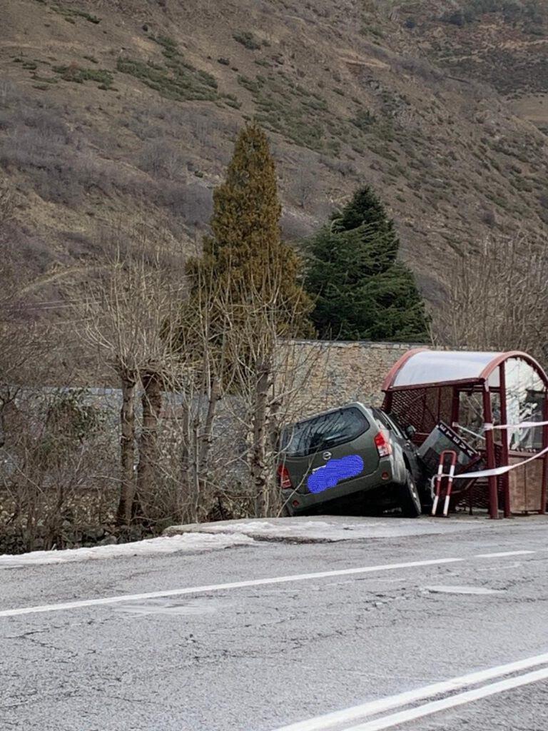 Un vehicle tot terreny topa contra una parada de bus a la C-28 a Casarilh