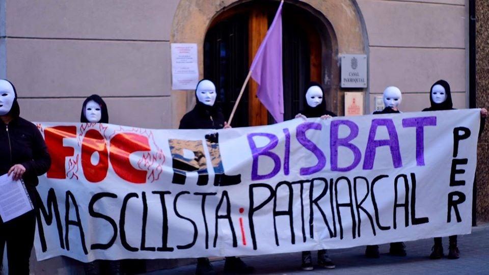 Una quarantena de persones es manifesten a la Seu contra el Bisbat el dia de  la Dona