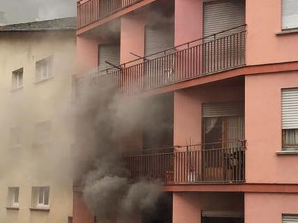 Un incendi crema un pis a Sant Julià i deixa cinc intoxicats per inhalació de fum
