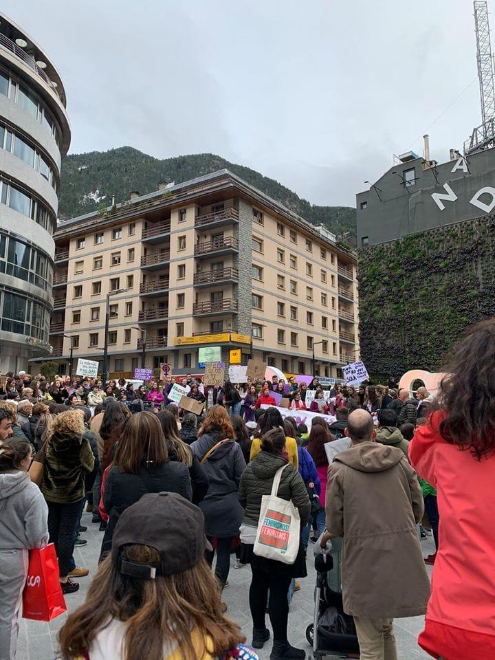 500 persones marxen per exigir els drets de les dones i la fi de les violències masclistes