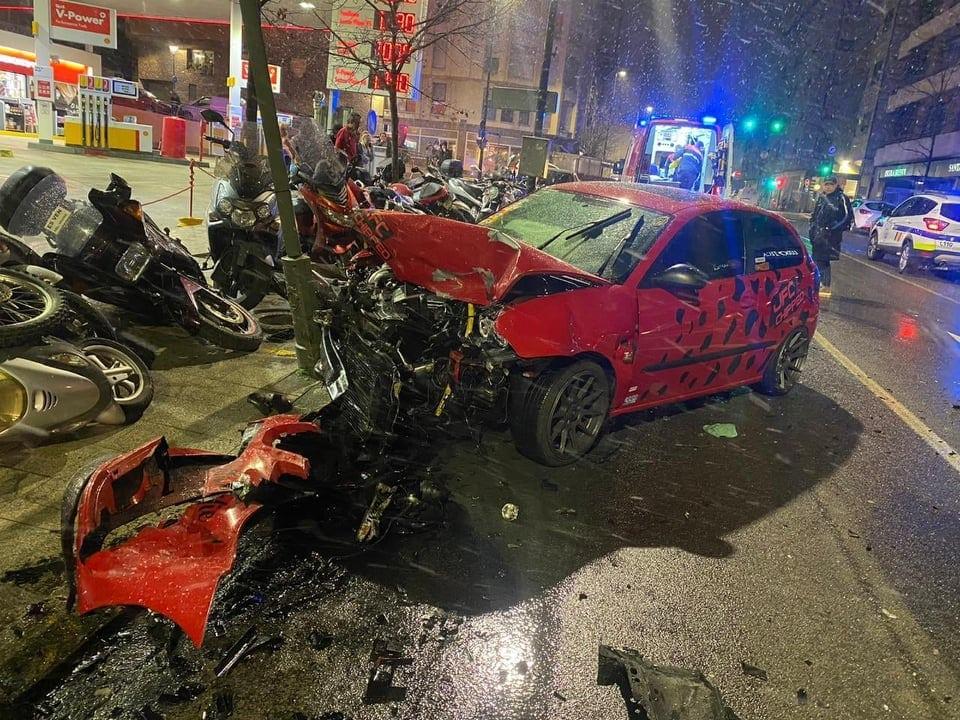 Aparatós xoc frontal entre dos cotxes a l'avinguda d'Enclar de Santa Coloma