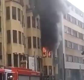 Una persona morta i dos intoxicats en estat crític en l'incendi de l'avinguda Carlemany