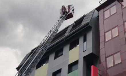 Incendi en un àtic d'un edifici en ple centre d'Andorra la Vella