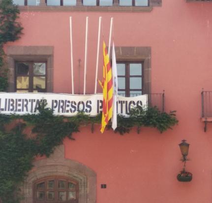 L'alcalde de la Seu frega el delicte penal per no fer complir la llei de banderes