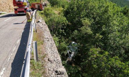 Un cotxe cau a un barranc i el conductor salva la vida a Soriguera, al Pallars Sobirà
