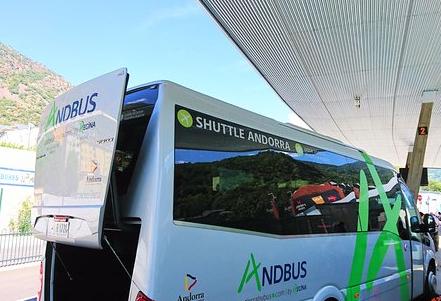 Andbus negocia amb la plantilla acomiadaments i retallades salarials pel descens de facturació