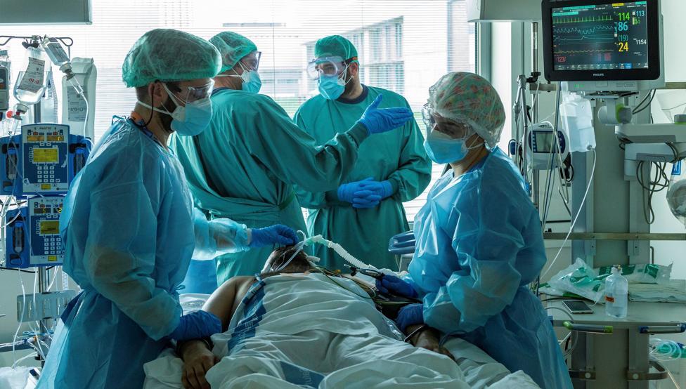 """Tots els col·legis sanitaris de Catalunya demanen un confinament """"més intens"""""""