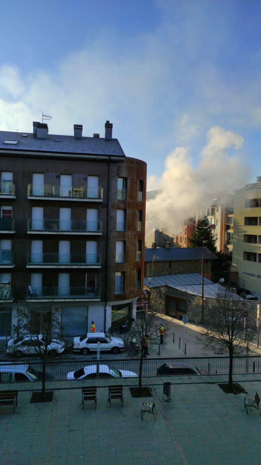 Incendi en un dels pisos'ocupes' de Portal d'Andorra al costat de la plaça Europa de la Seu