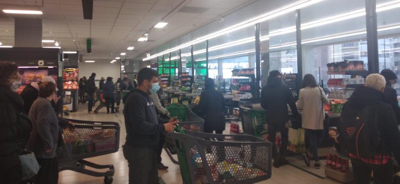 Aquest festiu a Andorra omple de compradors el Mercadona de la Seu