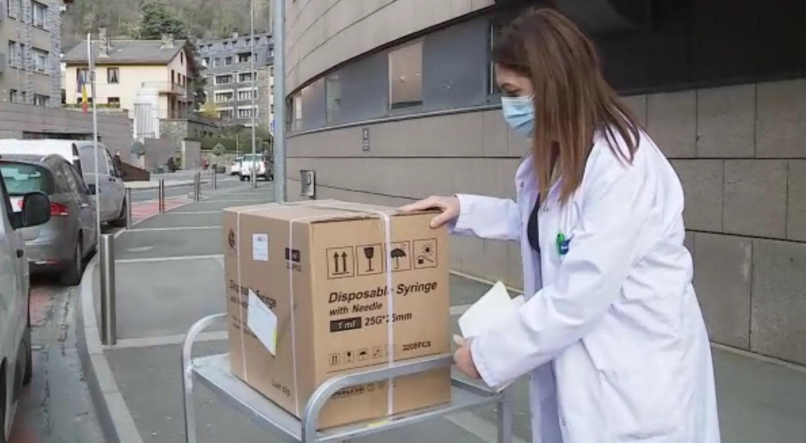 Arriben a Andorra les 3.000 vacunes d'Oxford AstraZeneca, per protegir 1.500 persones